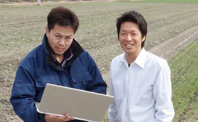 ホームページ更新方法が分かり、笑顔の農家さんと農ログスタッフ