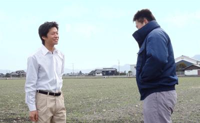 農家さんと会話をしている、農ログメンバー