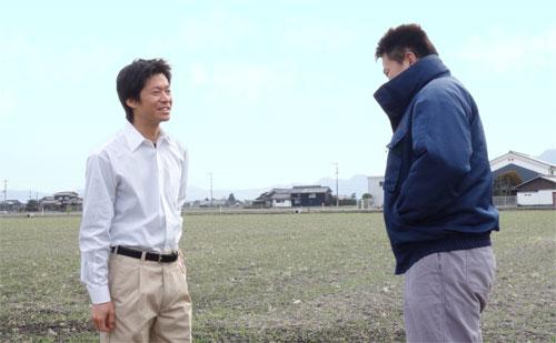農家さんと会話している農ログメンバー