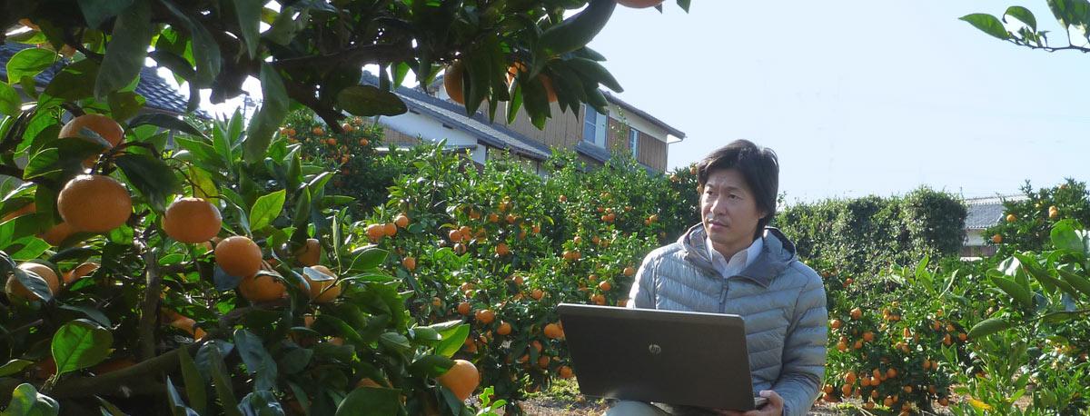 パソコンを持った農ログメンバー