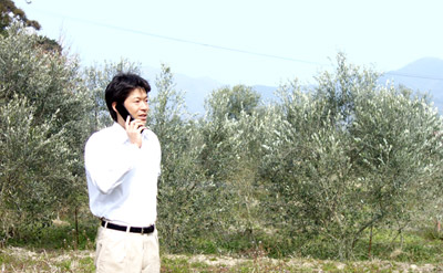 電話をしている農家さん
