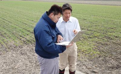 農家さんにネット販売のやり方を説明している、農ログメンバー
