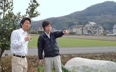 圃場で打合せをする、農ログメンバー