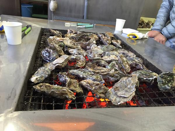 炭火で焼く牡蠣