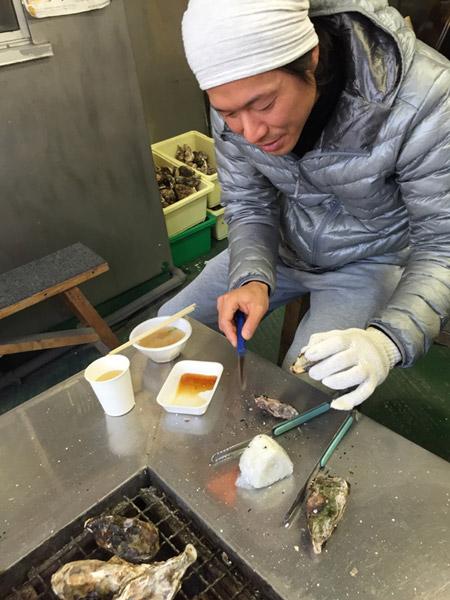 牡蠣を自分で剥いている姿