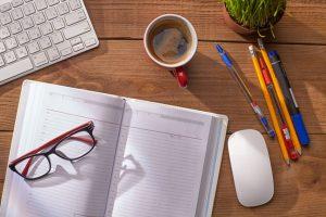 ノートとコーヒーの写真