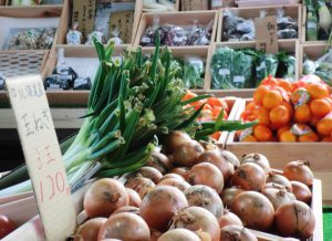 たくさんの農産物が並んだ売り場